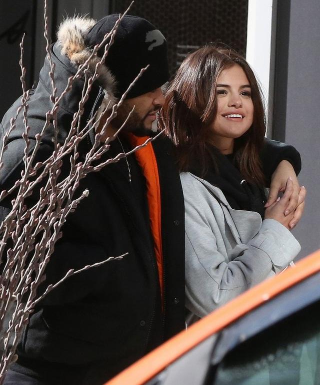 The Weeknd và Selena đã ở bên nhau khoảng hai tháng. Cặp đôi dính nhau như sam. Nam ca sĩ 27 tuổi rất cưng chiều bạn gái khi bao trọn rạp chiếu phim tại Canada để có thời gian riêng tư bên cô.