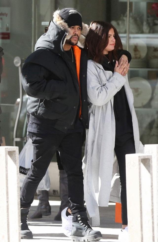 Từ khi yêu The Weeknd, Selena Gomez tăng cân đáng kể. Cô bầu bĩnh hơn, có lẽ vì hạnh phúc và thoải mái.