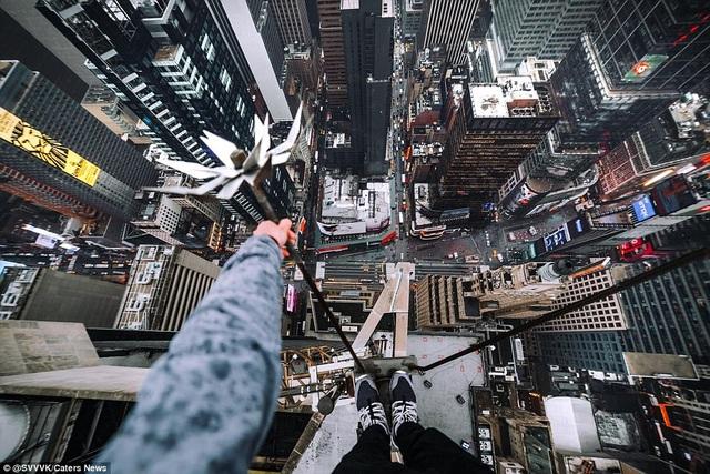 Một nhóm các nhiếp ảnh gia giấu tên với tài khoản @svvvk trên Instagram thường xuyên đăng tải những bức hình liều lĩnh từ trên cao