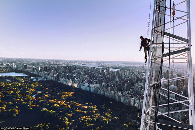 Một thành viên trong nhóm đu chênh vênh trên tháp cao mà không có thiết bị bảo hộ