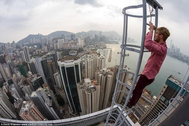 Sau đó anh quyết định chinh phục các tòa nhà theo độ cao tăng dần