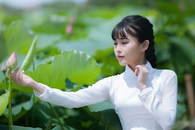 """Thương nói: """"Với em người con gái Việt, đẹp nhất, dịu dàng nhất là khi mặc chiếc áo dài cạnh đóa hoa sen. Hoa sen hội tụ trong mình nhiều ý nghĩa, nhưng dưới góc nhìn của một người trẻ, em cảm nhận hoa sen là biểu tượng về sức vươn dậy của một ý chí sống mãnh liệt và phẩm cách cao quý""""."""