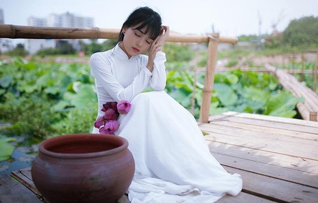 Hoài Thương là người con gái lãng mạn. Cô biết Hà Nội có 12 mùa hoa nhưng yêu nhất là hoa sen.