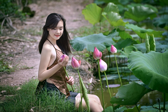 Hoa sen cũng là một trong những loài hoa yêu thích của Huyền Trang, bên cạnh hoa loa kèn, hoa hồng...