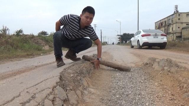 Tuyến đường gom bị hủy hoại tiềm ẩn nguy cơ tai nạn với người tham gia giao thông.