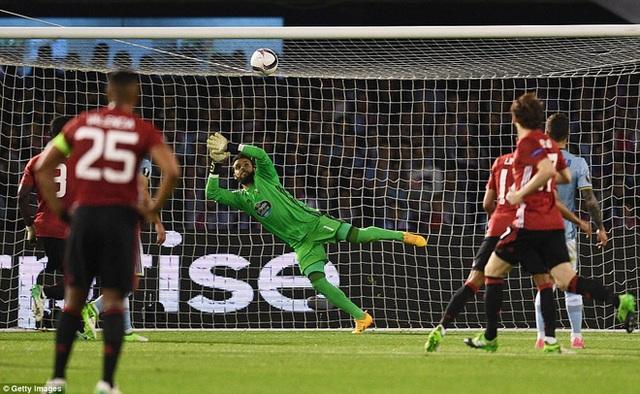 Sergio Álvarez có nhiều tình huống cản phá ấn tượng ở trận gặp MU