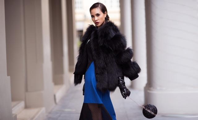 Để phù hợp với không khí se lạnh những ngày giáp Tết của Thủ đô, đồng thời vẫn thể hiện được cá tính mạnh mẽ, Phương Mai đã lựa chọn những bộ cánh nổi bật về hoạ tiết, màu sắc mix cùng áo khoác dạ, áo lông, áo khoác lưới.