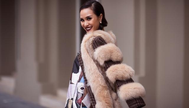 Phương Mai mặc trang phục kín như bưng hướng tới hình ảnh quý cô thanh lịch.