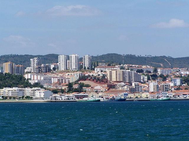 Hình ảnh thị trấn Setubal nhìn từ biển