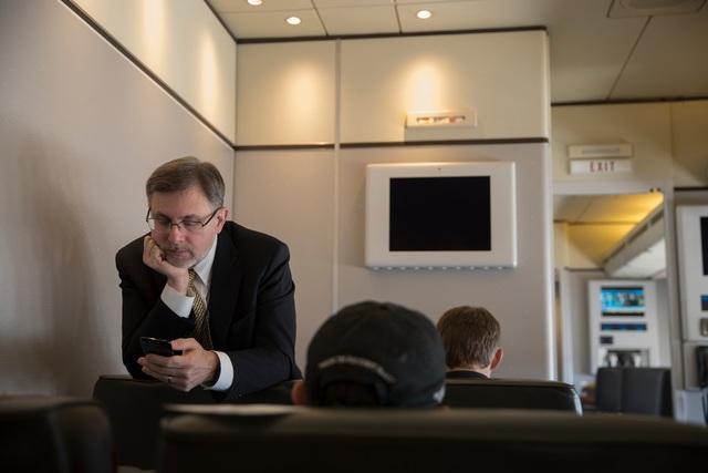 Phóng viên Michael Shear trên chuyên cơ Air Force One hồi tháng 3 (Ảnh: New York Times)