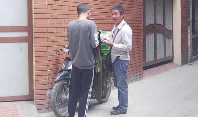 Một shipper giao hàng tận nhà cho khách. Ảnh: Linh Ngọc