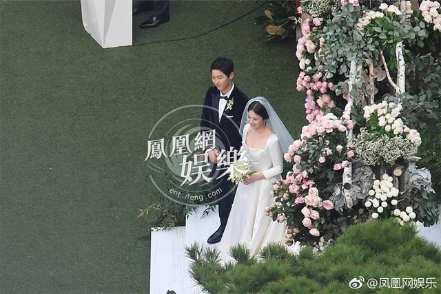 Song Joong Ki không lúc nào rời mắt khỏi vợ.