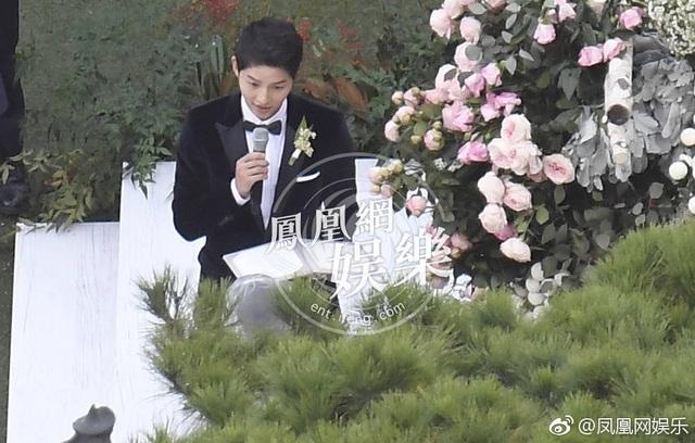 Anh thề nguyện sẽ chăm sóc và yêu thương Song Hye Kyo trọn đời. Nam diễn viên nổi tiếng nghẹn ngào khi dành những lời yêu thương cho bà xã.