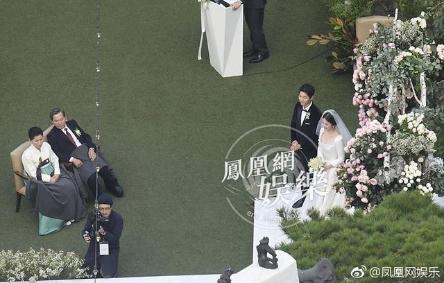 Cha mẹ chú rể Song Joong Ki cũng nghẹn ngào khi chứng kiến thời khắc trọng đại trong cuộc đời con trai.