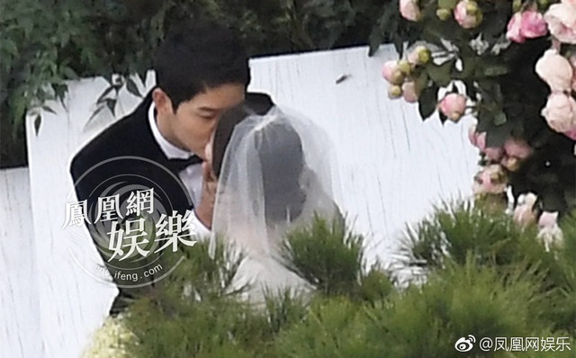 Nụ hôn ngào ngào nhất đám cưới được fan ghi lại.