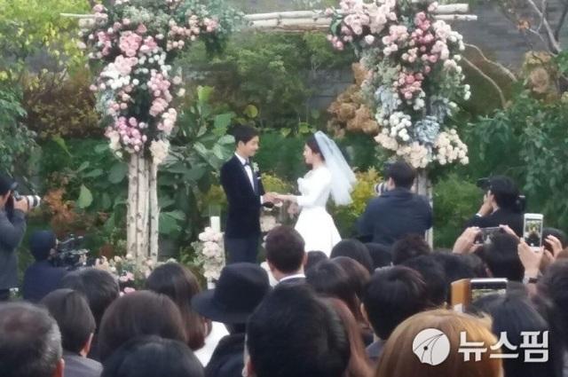 Cặp đôi cùng thề nguyện sống hạnh phúc bên nhau trong tiếng vỗ tay của khách mời đám cưới.