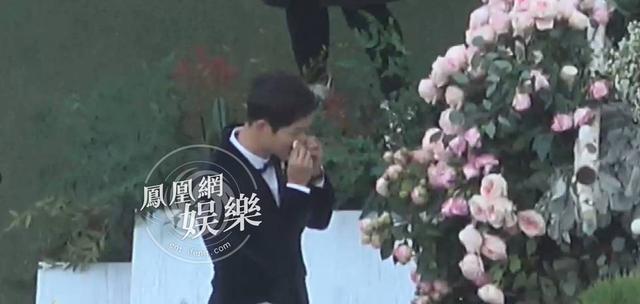 Chú rể Song Joong Ki gạt nước mắt vì xúc động trong hôn lễ thế kỷ.