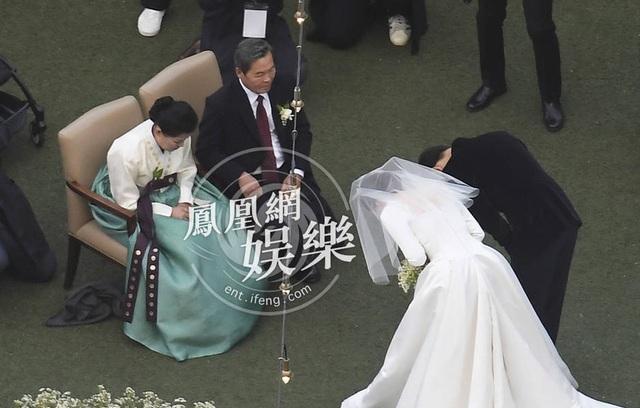Song Hye Kyo và Song Joong Ki cúi đầu cảm tạ cha mẹ ruột của Song Joong Ki.