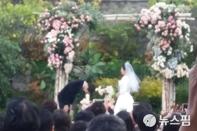 Song Joong Ki cúi đầu trước vợ.