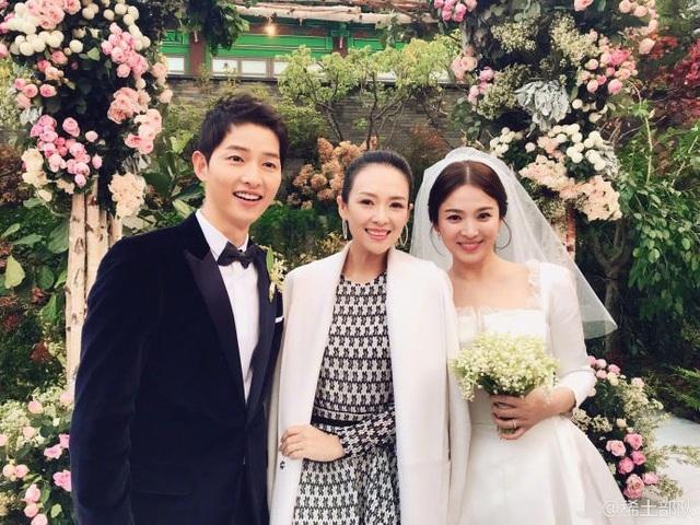 Chương Tử Di (giữa) - một khách mời của đám cưới chia sẻ hình ảnh chụp chung với cô dâu và chú rể.