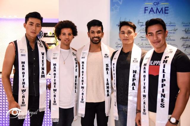 Nguyễn Hữu Long (ngoài cùng bên phải) cùng các thí sinh tham gia cuộc thi.