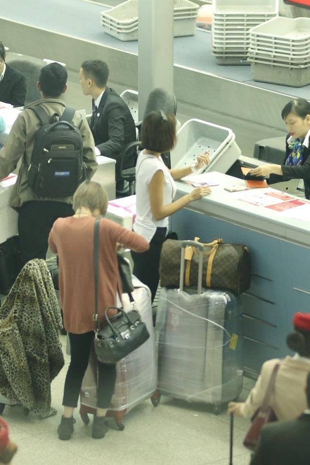 Cả hai khá chật vật để di chuyển đống hành lý vào quầy thủ tục tại sân bay.