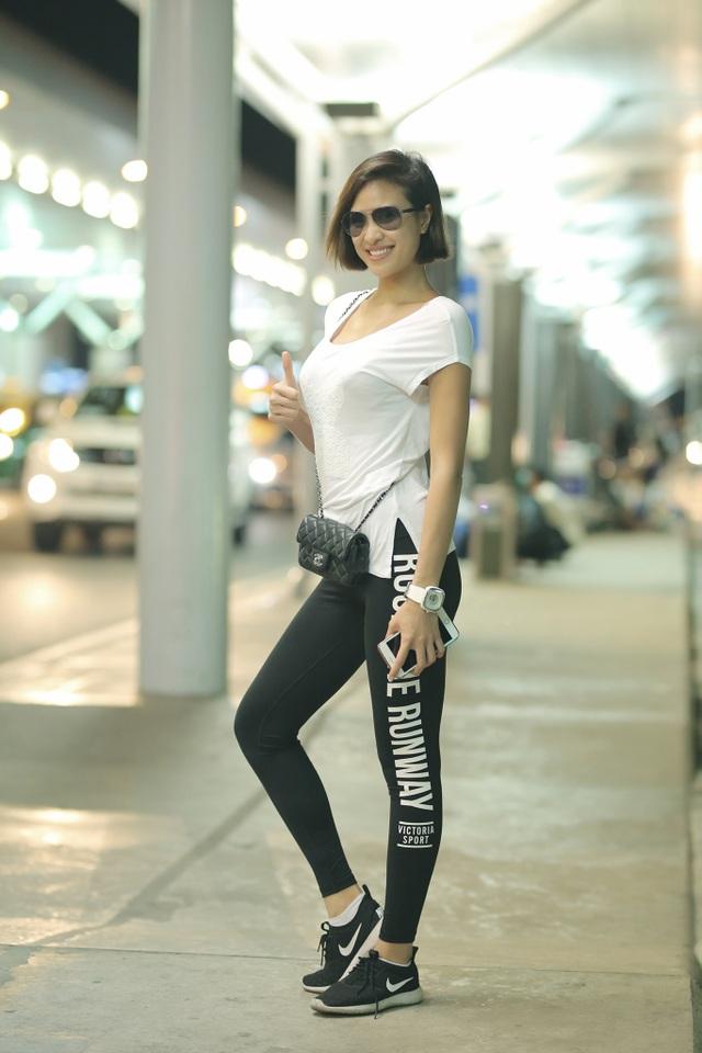 """Khác với hình ảnh sexy thường thấy ở các event, diễn viên phim """"Âm mưu giày gót nhọn"""" giản dị với áo thun trắng, quần skinny bó sát mix giày thể thao năng động."""