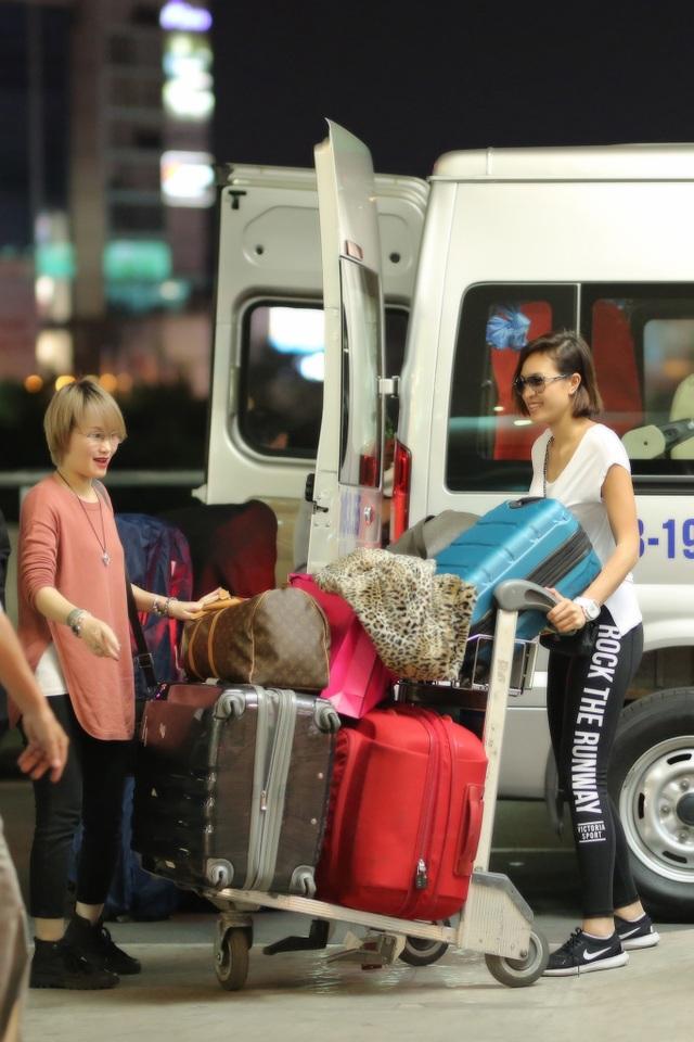 Vì đi du lịch châu Âu một tháng nên cô và chị gái mang theo rất nhiều vali, mỗi người khoảng 40kg hành lý.