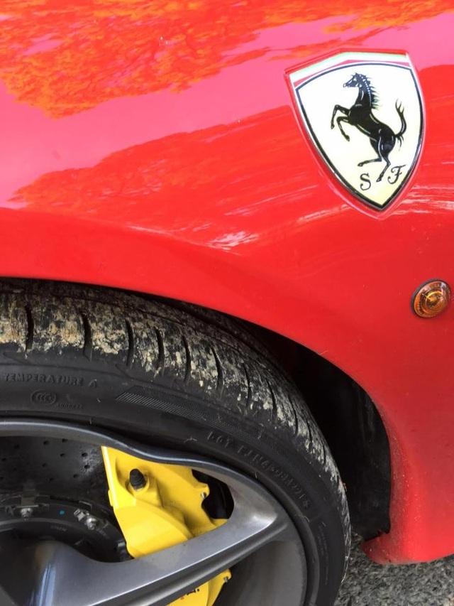 Có thể thấy rõ chiếc siêu xe bị hỏng hệ thống treo và bánh sau khi sập ổ gà. Ảnh: SWNS