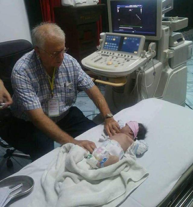 GS Silveman thực hành hướng dẫn siêu âm tim trên bệnh nhi sơ sinh. Ảnh: BS Hải Nguyễn.