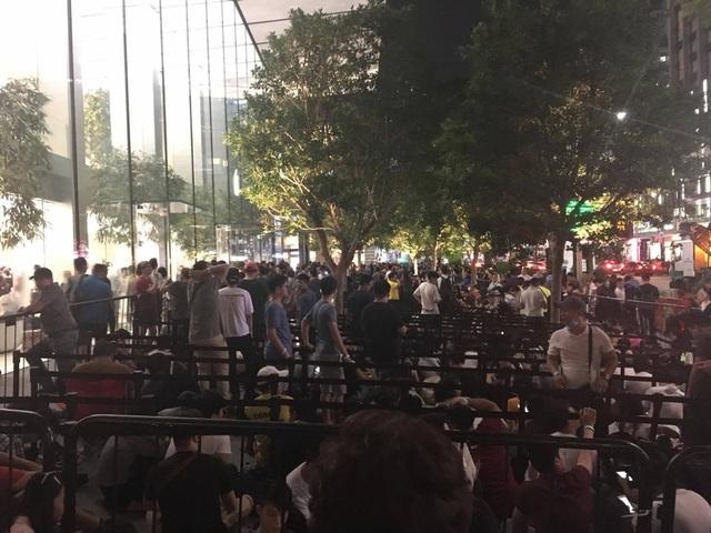 Chen chân xếp hàng khắp nơi trên thế giới trong ngày mở bán iPhone X - 6