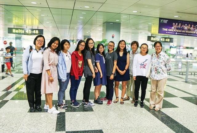 Học sinh nhận học bổng A*Star đến từ Việt Nam, Indonesia và Trung Quốc cùng các cô giáo ra đón tại sân bay Changi, Singapore.