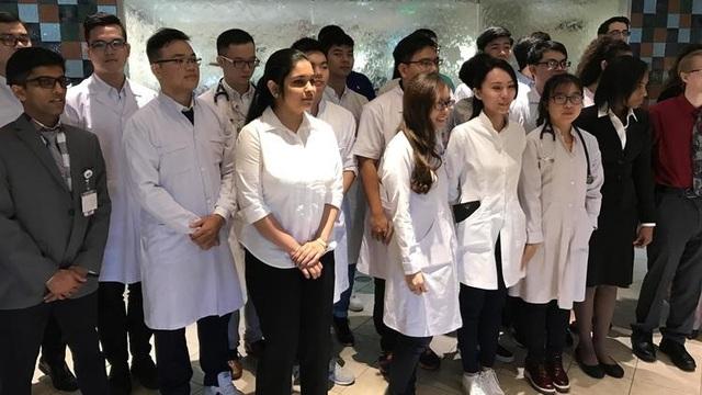 Sinh viên Y khoa và Nhân viên bệnh viện chụp ảnh tại Trung tâm Y tế St. Mary ở Hobart. (Jerry Davich / Post-Tribune)