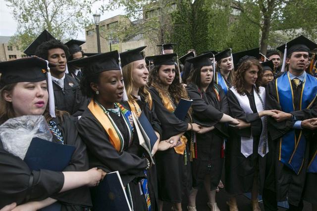Các sinh viên nắm tay nhau thể hiện sự phản đối tại lễ tốt nghiệp của trường (Ảnh: AP)