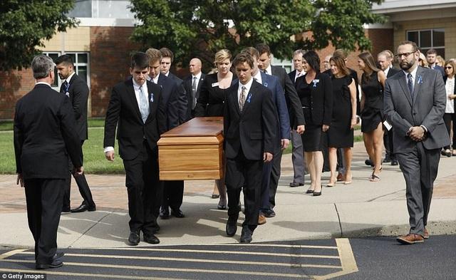 Vào sáng ngày 22/6, gia đình, bạn bè và nhiều người dân địa phương đã tập trung tại Trường phổ thống Wyoming tại Wyoming, bang Ohio, Mỹ để dự lễ tang của Otto Warmbier. Trong ảnh: Linh cữu của sinh viên Otto Warmbier được đưa từ nơi tổ chức tang lễ tới nghĩa trang gần đó. (Ảnh: Getty)