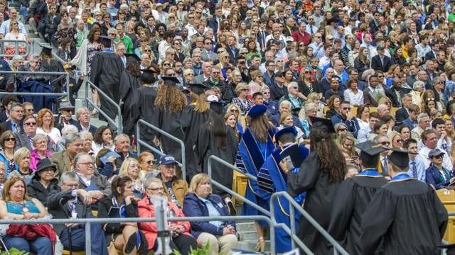 Các sinh viên lần lượt bỏ về khi ông Pence đang phát biểu tại lễ tốt nghiệp (Ảnh: WSJ)