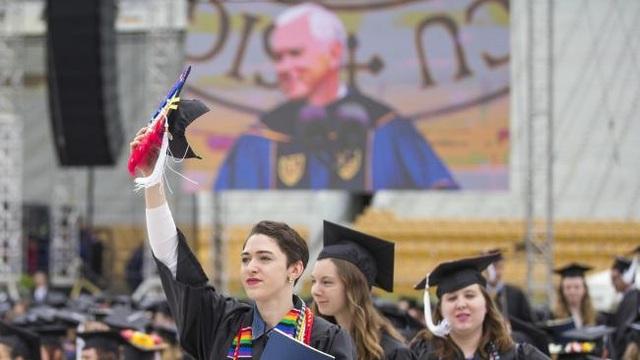 Các sinh viên bước ra khỏi khu vực làm lễ tốt nghiệp để phản đối phó tổng thống Mỹ (Ảnh: The Australian)