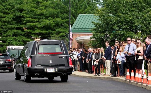 Gia đình Warmbier đã đề nghị không khám nghiệm tử thi trong khi nguyên nhân dẫn tới cái chết của nam sinh viên này hiện vẫn chưa được xác nhận rõ ràng. Trong ảnh: Rất đông người thân và bạn bè của Warmbier đứng ở hai bên đường trong lúc xe chở linh cữu đi qua. (Ảnh: Reuters)