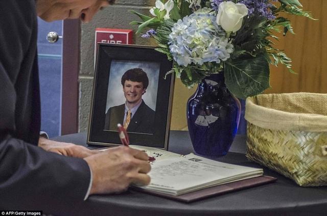 Một người viết vào sổ tang tưởng nhớ Otto Warmbier. (Ảnh: AFP)