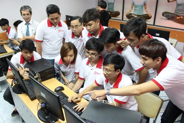 Sinh viên FPT Jetking được thực hành nhiều và 100% thời lượng chương trình hoàn toàn là học chuyên môn và tiếng Anh.