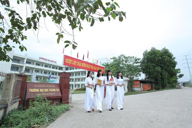 Sinh viên khoa Dược trong buổi tan trường.