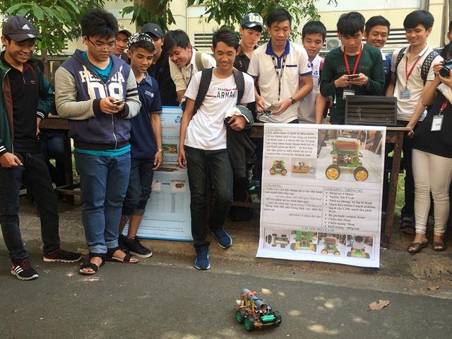 Sinh viên trường ĐH Bách khoa trong một ngày hội kỹ thuật của trường