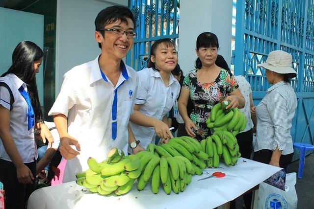 Sinh viên TPHCM tham gia bán chuối cho bà con nông dân bị thương lái ép giá trong chương trình Chuối nghĩa tình