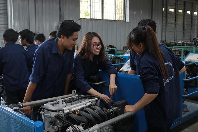 Sinh viên trường ĐH Sư phạm Kỹ thuật TPHCM đang thực hành