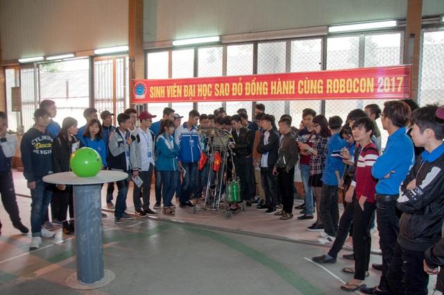 Học sinh được trải nghiệm bữa ăn sinh viên tại căng tin, được tham quan thư viện, thi đấu robocon, tham gia sàn giao dịch việc làm.