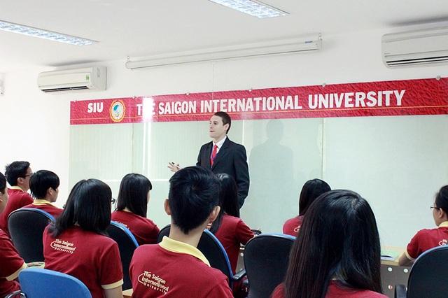 Giờ học tiếng Anh của sinh viên với giảng viên nước ngoài.
