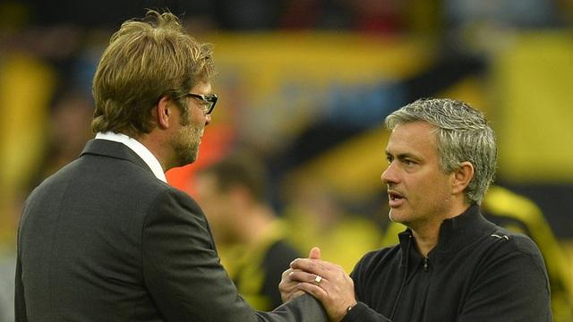 Mourinho (phải) bắt tay Klopp sau trận lượt về vòng bảng Champions League 2012/13