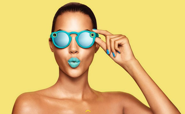 Bên cạnh Snap, Evan Spiegel còn mở công ty sản xuất thiết bị đeo được Spectacles để có thể đăng tải đoạn video 10 giây lên Snapchat.