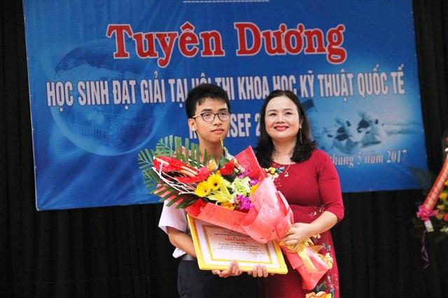 Bà Lê Thị Hương, Giám đốc Sở GD-ĐT tỉnh Quảng Trị tuyên dương tác giả Cánh tay robot