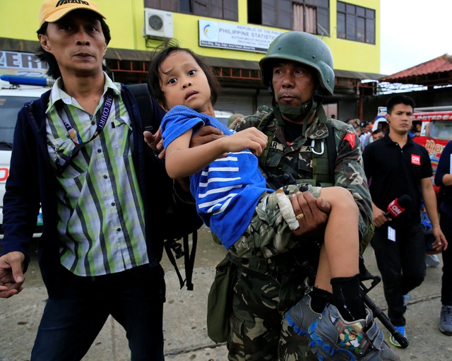 Quân đội chính phủ hỗ trợ sơ tán người dân tới nơi an toàn (Ảnh: Reuters)